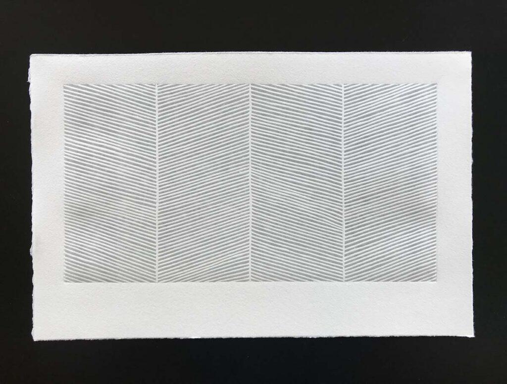 El grabado ya impreso en tinta gris sobre papel algodon.