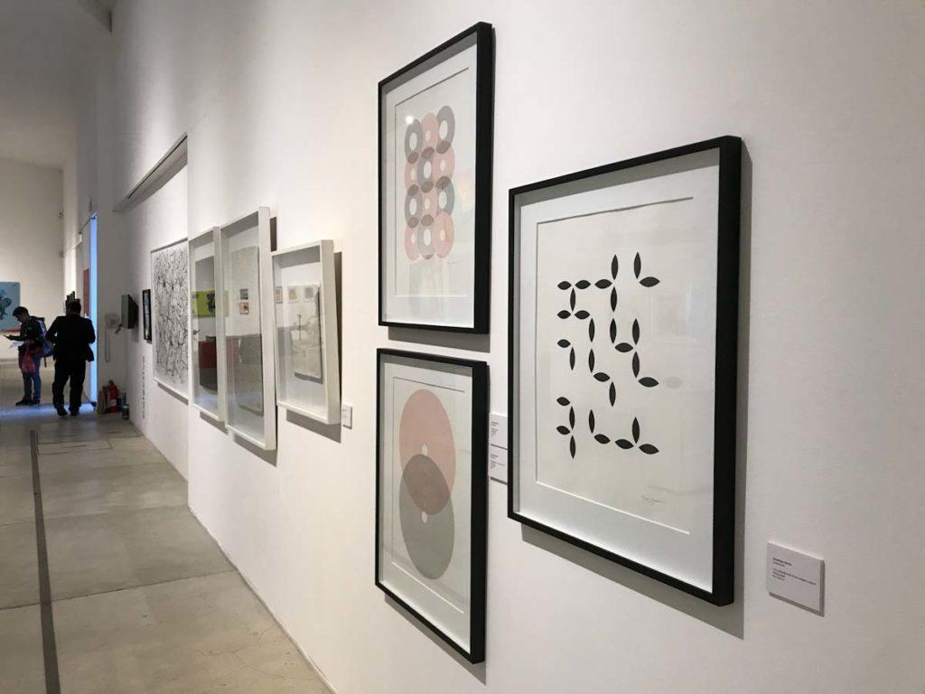 Los cuadros ya enmarcados y colgados en la galeria de arte
