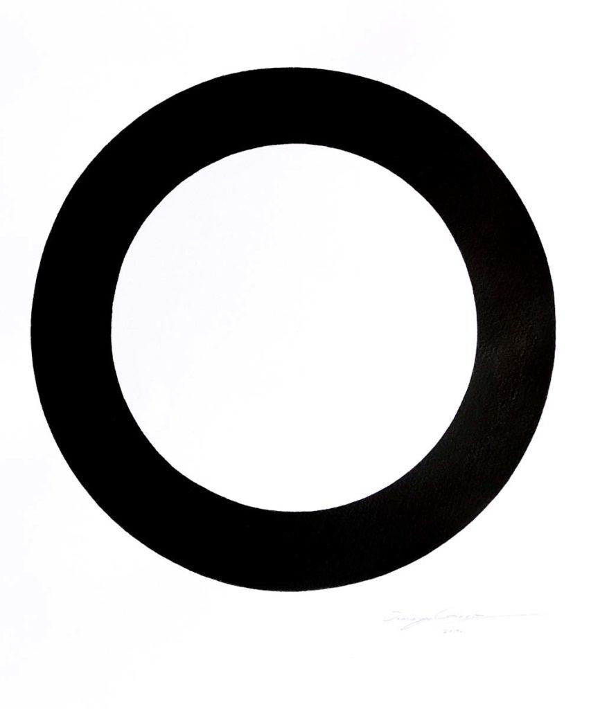 Una obra minimalista, simple, mostrando un solo circulo grueso en tinta negra.
