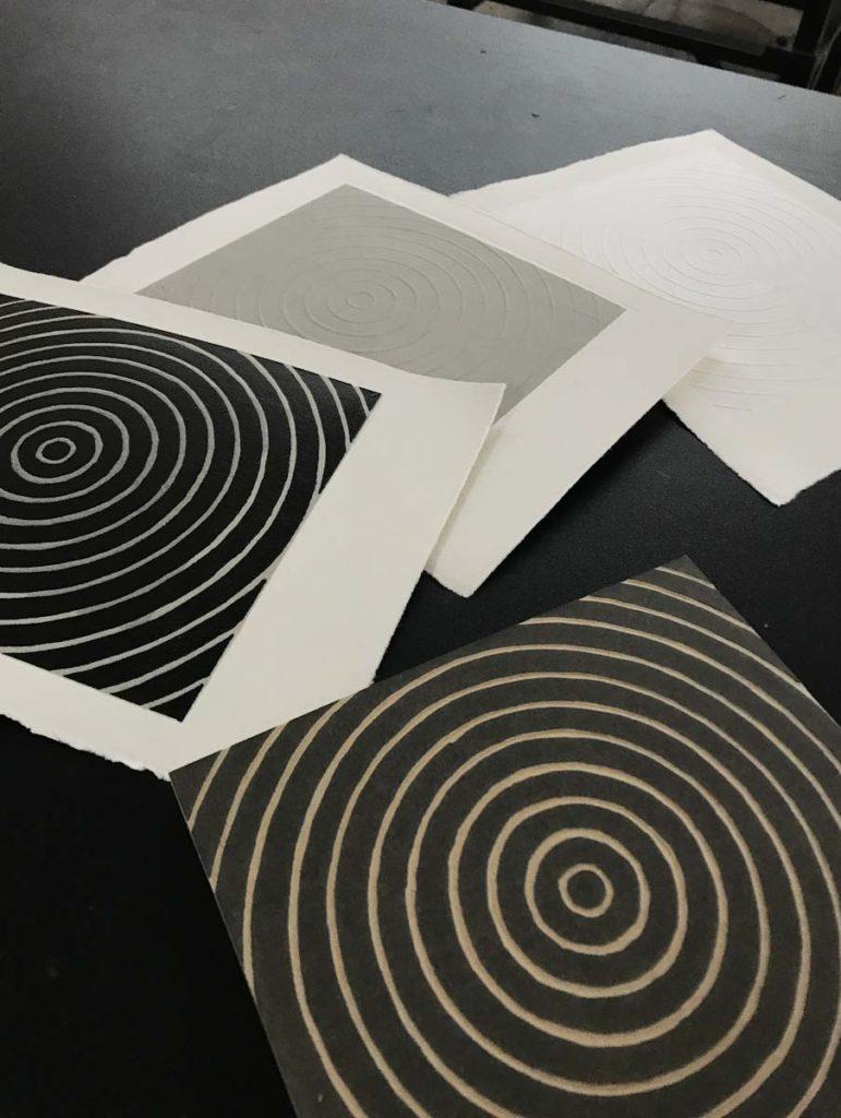 La placa y sus estampas, impresas con tinta negra y gris.
